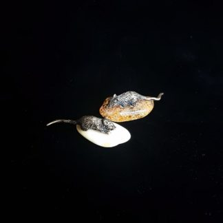 Кошельковая мышь на янтаре